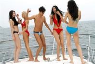新面孔模特沙滩泳装浪漫风情